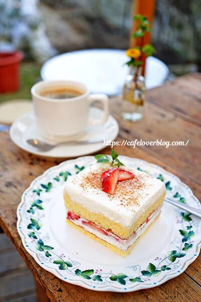 Cafe HOLIDAY◇いちごのサンドケーキとブレンド