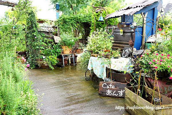 庭とカフェ あんず◇ガーデン入口