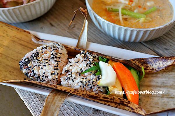 リコリス◇竹皮包みのおにぎり弁当とスープ