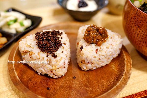 カフェ ぴんころのなえ◇雑穀米おにぎり(えごま&ひしおみそ)